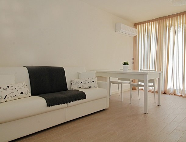 residence-little-paradise-gardameer-appartementen-woonkamer-bank.jpg