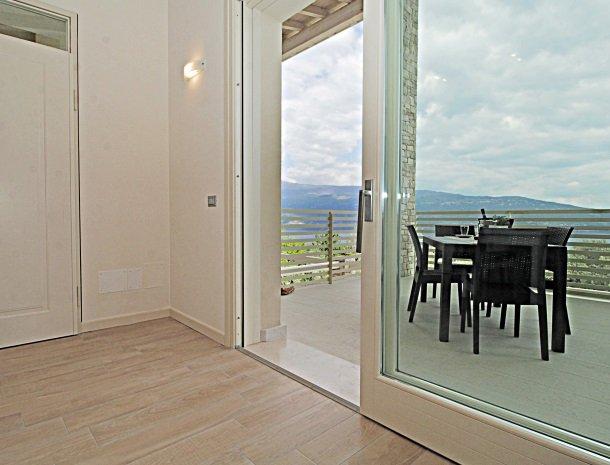 residence-little-paradise-gardameer-appartementen-woonkamer-terras.jpg