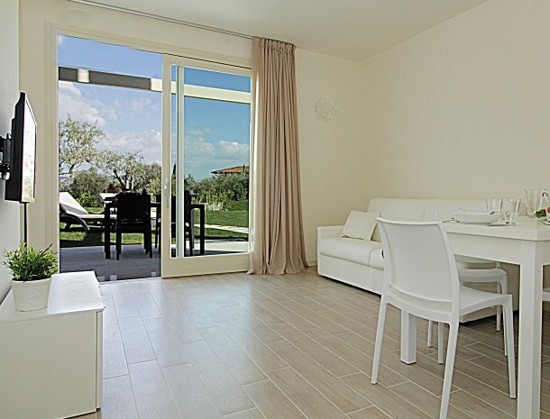 residence-little-paradise-gardameer-appartementen-woonkamer-deuren.jpg