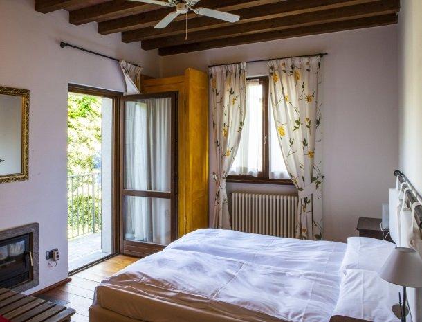 agriturismo-ca-del-lago-comomeer-slaapkamer-open-deur.jpg