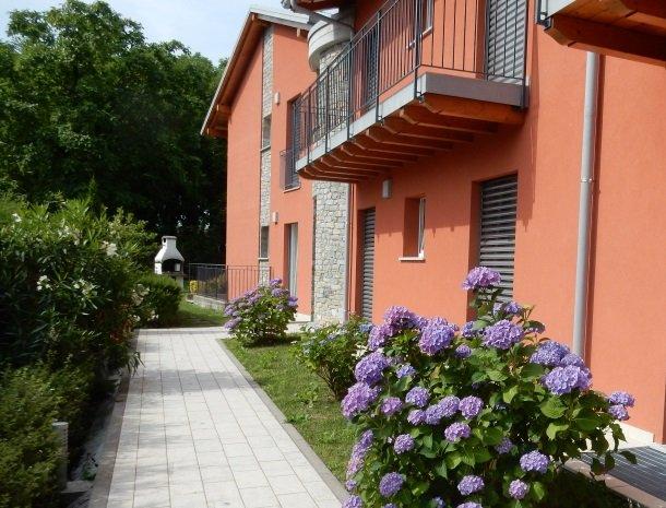 villa-paradiso-gravedona-appartementen-comomeer-achterkant-bloemen.jpg