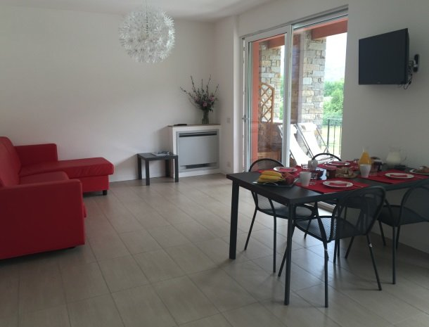 villa-paradiso-gravedona-appartementen-comomeer-woonkamer.jpg