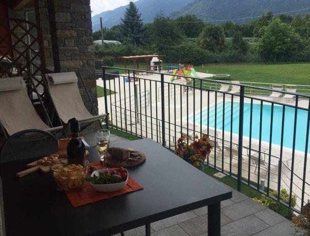 villa-paradiso-gravedona-appartementen-comomeer-terras-drankje.jpg
