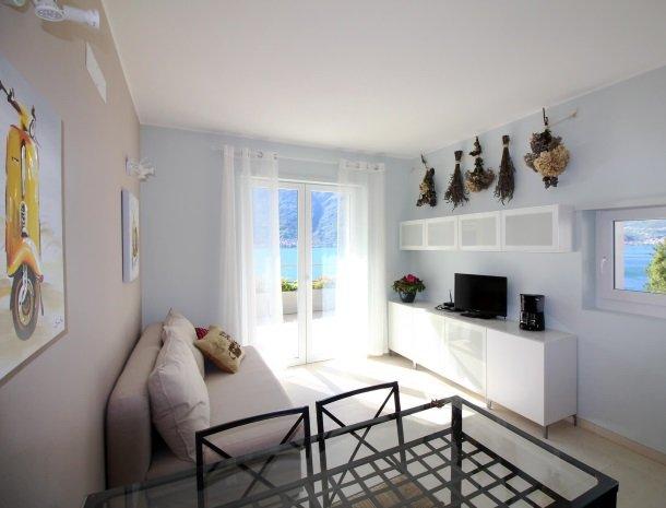 residence-ilpoggio-comomeer-appartement-woonkamer-modern.jpg