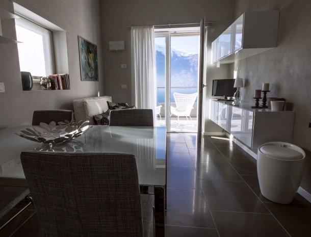 residence-ilpoggio-comomeer-appartement-woonkamer-knus.jpg