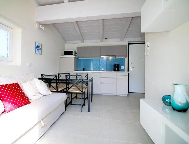 residence-ilpoggio-comomeer-appartement-woonkamer-keuken.jpg