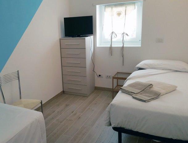 residence-ilpoggio-comomeer-appartement-slaapkamer-los-bed.jpg