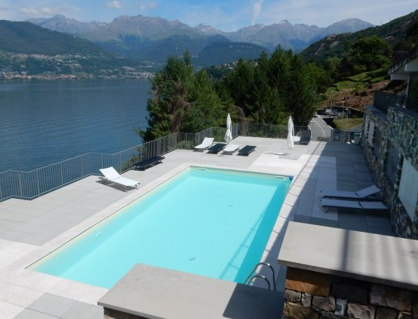 residence-ilpoggio-comomeer-zwembad-overzicht.jpg