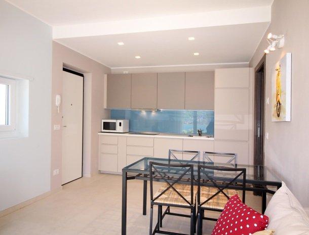 residence-ilpoggio-comomeer-appartement-moderne-keuken.jpg