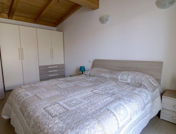 residence-ilpoggio-comomeer-appartement-slaapkamer-groot.jpg