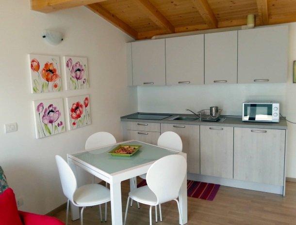 residence-ilpoggio-comomeer-appartement-keuken-eettafel.jpg