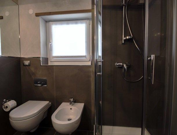 residence-ilpoggio-comomeer-appartement-badkamer.jpg