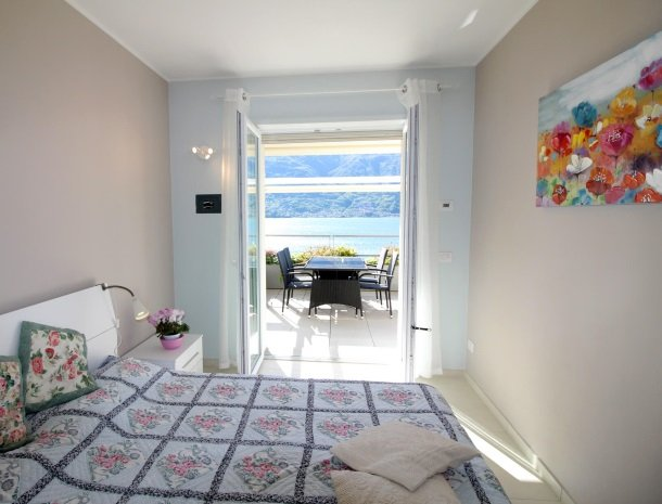 residence-ilpoggio-comomeer-appartement-slaapkamer-terras.jpg