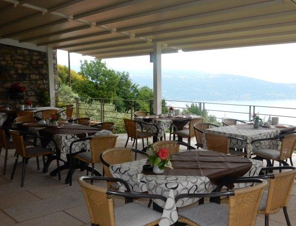 hotel-mariano-gardameer-terras-ontbijt.jpg