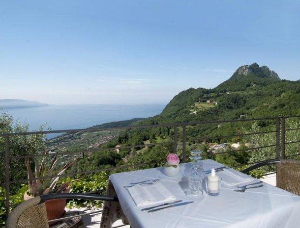 hotel-mariano-gardameer-tafel-uitzicht.jpg