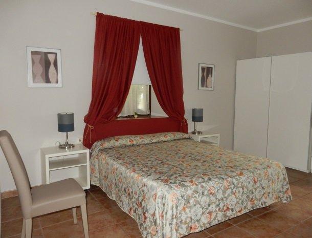 hotel-mariano-gardameer-slaapkamer-ruim.jpg