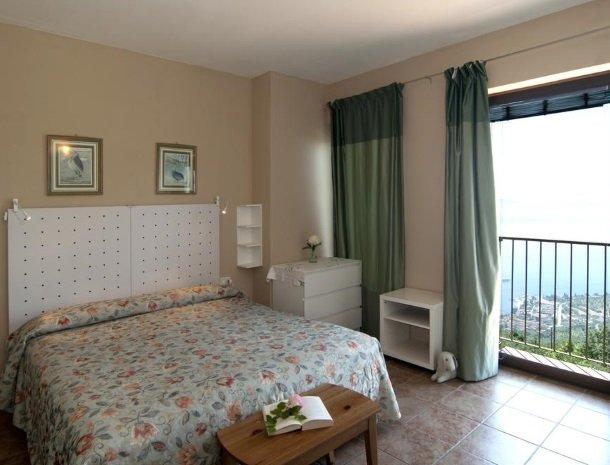 hotel-mariano-gardameer-slaapkamer-uitzicht.jpg