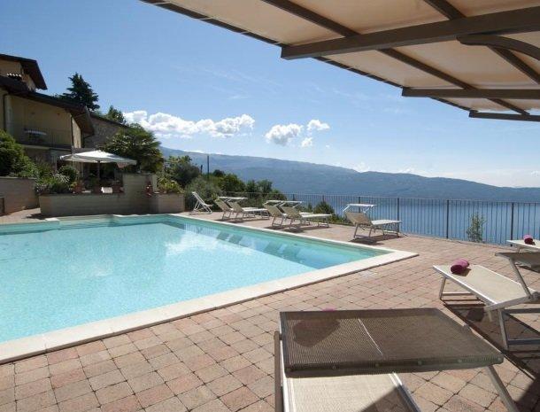 hotel-mariano-gardameer-zwembad-ligstoelen.jpg