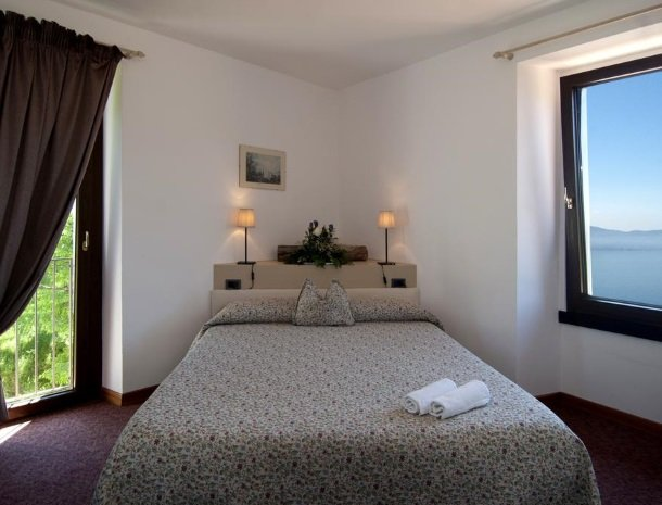 hotel-mariano-gardameer-bed-slaapkamer.jpg