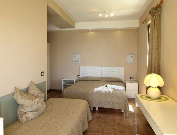 hotel-mariano-gardameer-3-persoonskamer.jpg