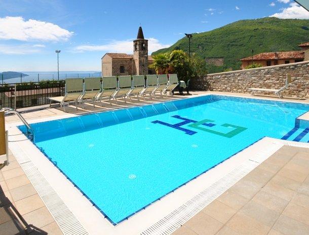 hotel-gardameer-zwembad-uitzicht.jpg