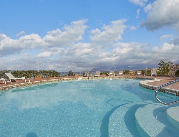 rivaseaapartments-castellammare-sicilie-zwembad-trap.jpg