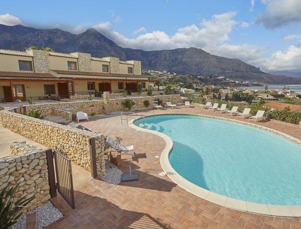rivaseaapartments-castellammare-sicilie-appartementen-zwembad.jpg