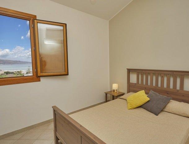 rivaseaapartments-castellammare-sicilie-slaapkamer-uitzicht-zee.jpg