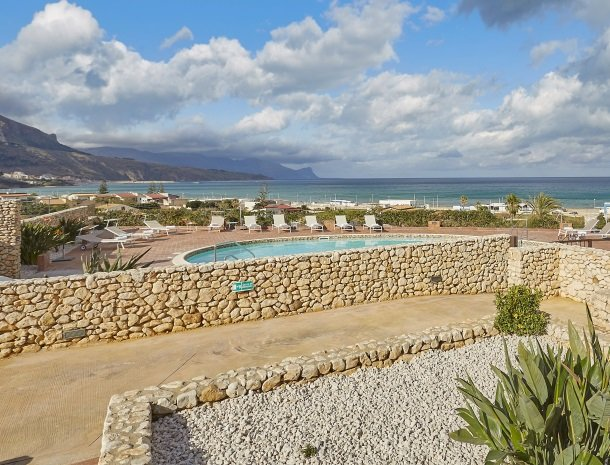 rivaseaapartments-castellammare-sicilie-zwembad-zee.jpg