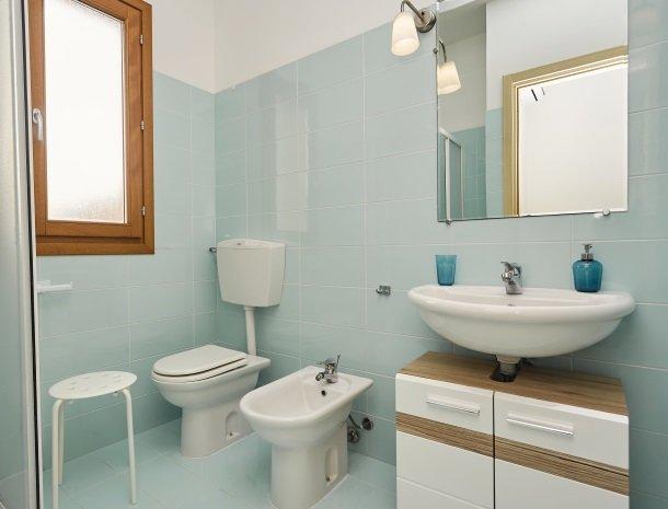 rivaseaapartments-castellammare-sicilie-badkamer.jpg