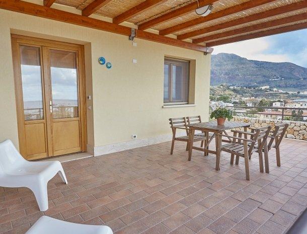 rivaseaapartments-castellammare-sicilie-terras-hoek.jpg