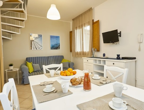 rivaseaapartments-castellammare-sicilie-woonkamer-ontbijt.jpg