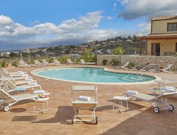 rivaseaapartments-castellammare-sicilie-zwembad-ligstoelen.jpg