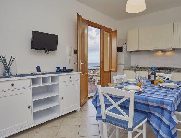rivaseaapartments-castellammare-sicilie-eettafel-uitzicht.jpg