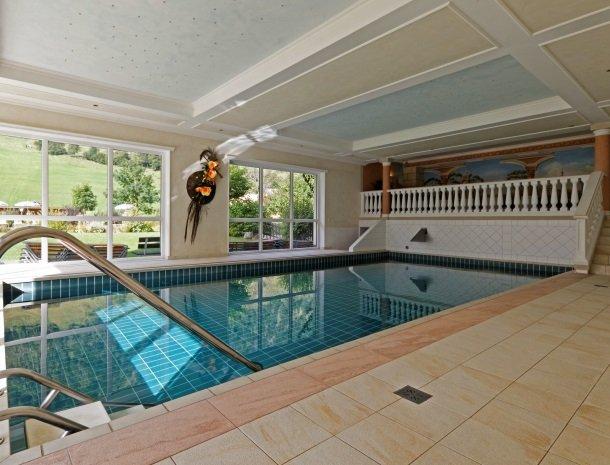 hotel-romerhof-fuschandergrossglockner-binnenzwembad-overdag.jpg