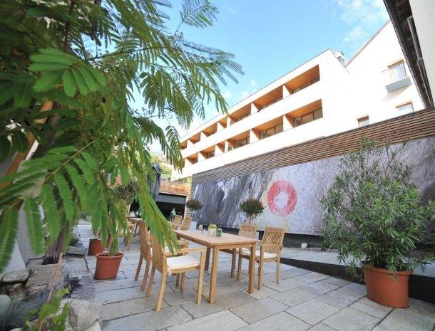 hotel-hinteregger-matrei-tirol-terras-tafel-stoelen.jpg