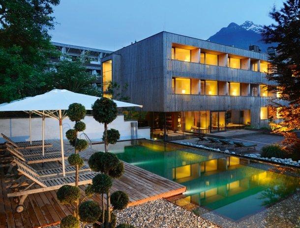hotel-hinteregger-matrei-tirol-zwembad-avond.jpg