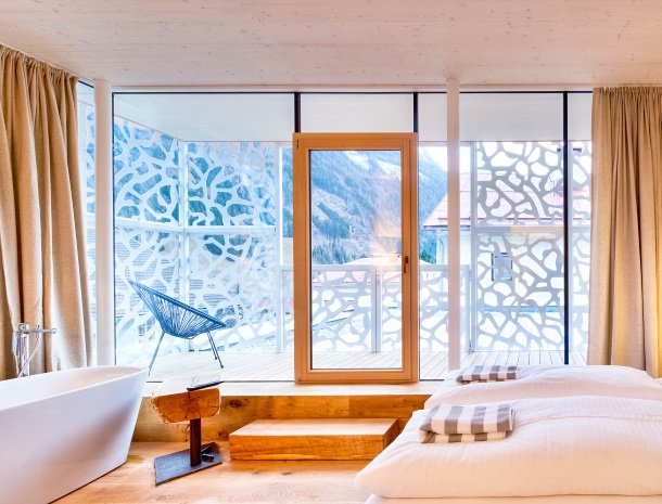 hotel-hinteregger-matrei-tirol-slaapkamer-nieuwe-vleugel-bad-balkon.jpg