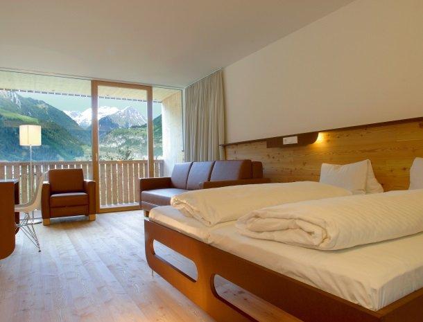 hotel-hinteregger-matrei-tirol-slaapkamer-uitzicht.jpg