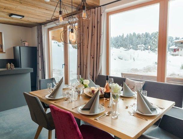 chalet-grosslehen-fieberbrunn-keuken-eettafel.jpg