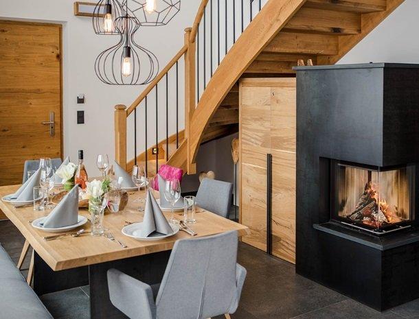 chalet-grosslehen-fieberbrunn-tafel-openhaard.jpg