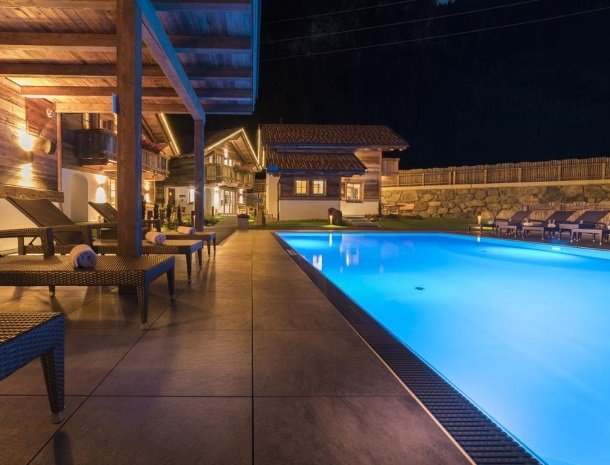 hotel-wiese-pitztal-st-leonhard-zwembad-avond.jpg