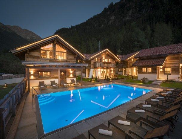 hotel-wiese-pitztal-st-leonhard-zwembad-avond-hutten.jpg