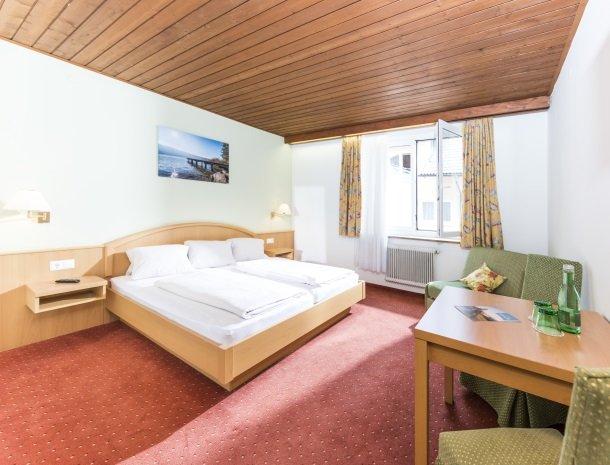 hotel-zur-post-dobriach-slaapkamer-bed-raam.jpg