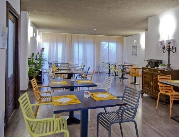 hotel-lago-colico-comomeer-ontbijt-tafels.jpg