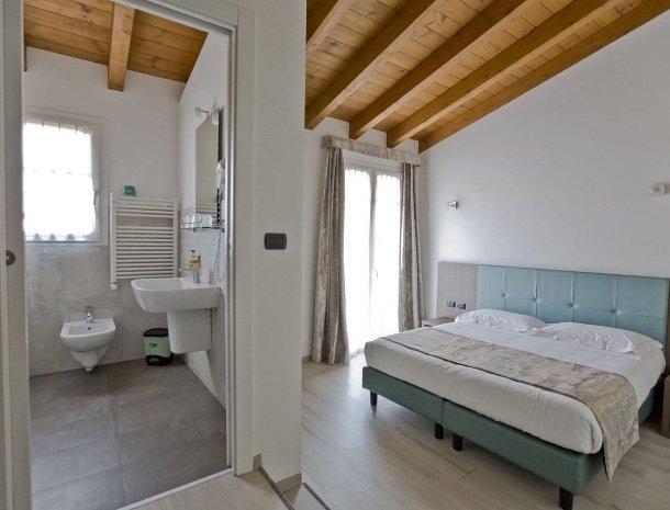 hotel-lago-colico-comomeer-slaapkamer-badkamer.jpg