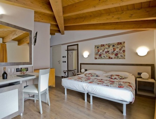 hotel-lago-colico-comomeer-slaapkamer-bed.jpg