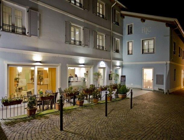 hotel-lago-colico-comomeer-buitenkant-avond.jpg