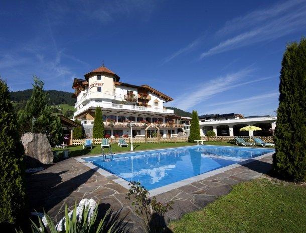hotel-leamwirt-hopfgarten-tirol-zwembad.jpg