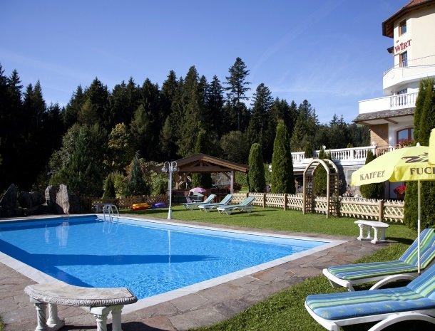 hotel-leamwirt-hopfgarten-tirol-zwembad-ligstoel.jpg